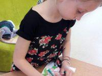Výroba přáníček pro maminky ve školní družině